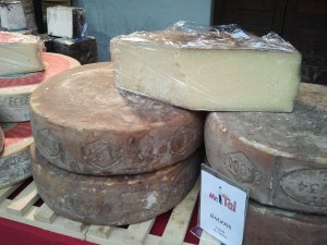 Forma di formaggio Bagòss by Wikipedia