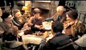 Charlie divide la sua tavoletta di cioccolato con la famiglia. Fotogramma tratto dal file La Fabbrica di Cioccolato di Tim Burton.