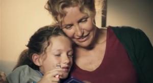 Il cioccolato evoca le cure parentali e quindi il calore della famiglia. Pubblicità di un prodotto industriale.