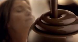 Il cioccolato ha attinenze alla sfera sentimentale e sessuale. Pubblicità di un prodotto industriale.